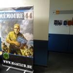 Une grande affiche du club M44 à l'entrée de la salle de briefing.