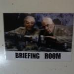 L'affiche indiquant la salle de briefing