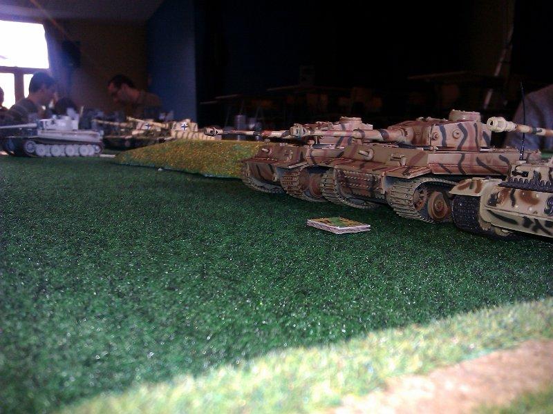Les Tigre I sont en première ligne, dans une formation particulière...