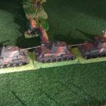 Les chars russes T34 sortent rapidement de derrière le bois et filent sur la route pour bloquer l'avancée blindée allemande.