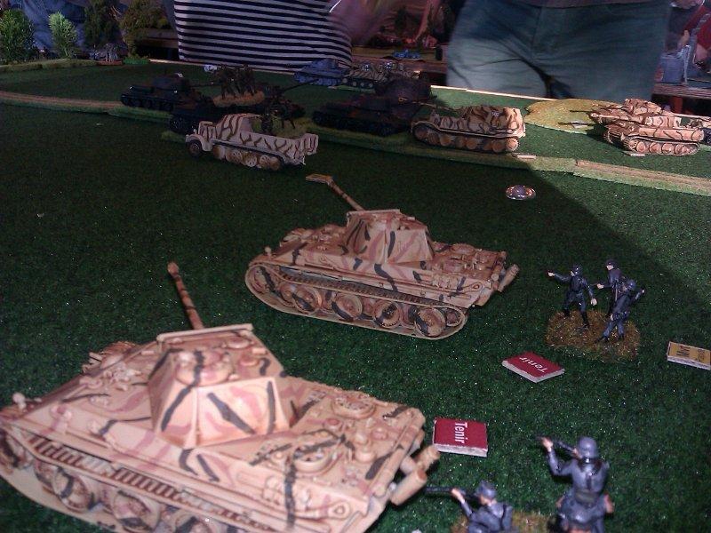Les Panther terminent le travail sur les autres chars bloqués en arrière.