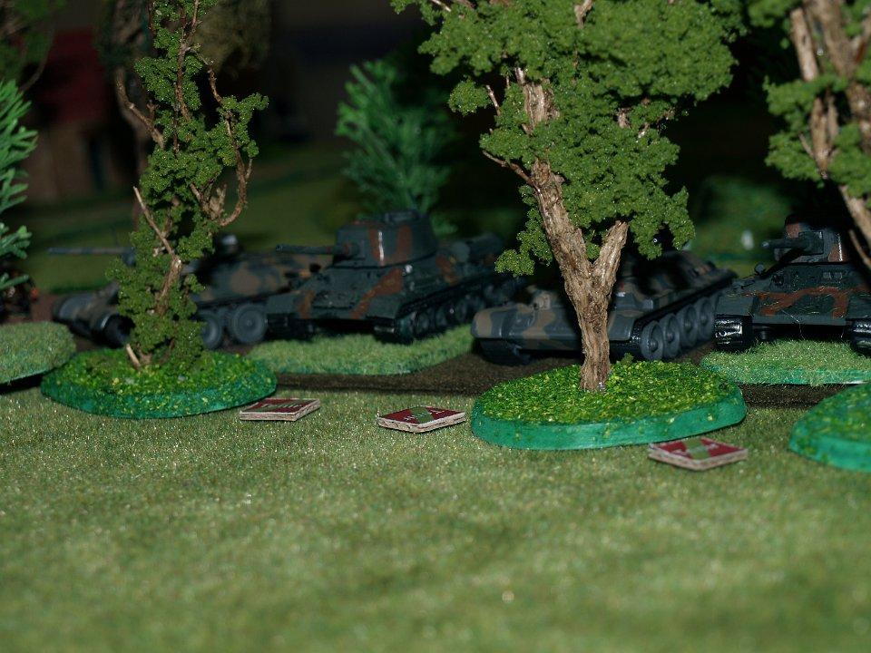 Ce sont les Russes qui reprennent l'initiative et lancent leurs T34 en dehors du bois.