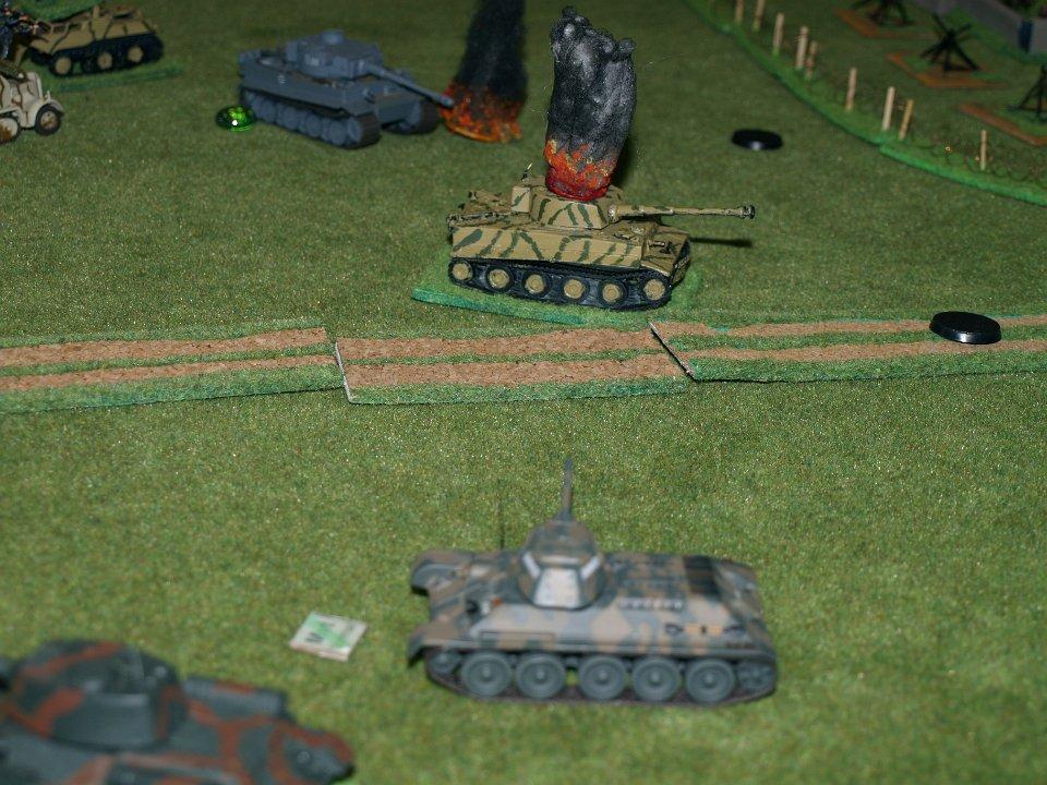 Un T34 ne laisse aucune chance de flanc au Tigre déjà immobilisé par les mines AC. Celui qui est juste derrière subira certainement le même sort si l'avancée russe n'est pas stoppée... la suite au prochain épisode !