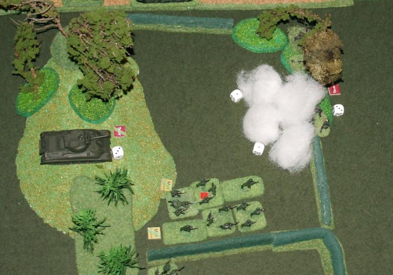 Le sherman couvre l'avancée de l'infanterie par ses fumigènes et ses tirs de couverture.